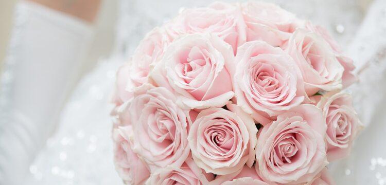 Bride holding pink bouquet.